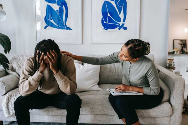 Man facing Sudden Divorce Syndrome with therapist